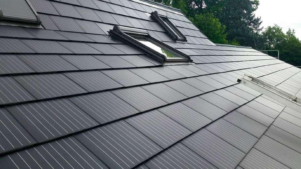 hersteller dachziegel teslas solar dachziegel gehen in die. Black Bedroom Furniture Sets. Home Design Ideas
